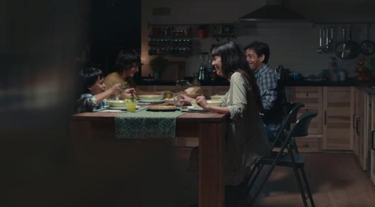 Imagen del spot: familia cenando alrededor de la mesa